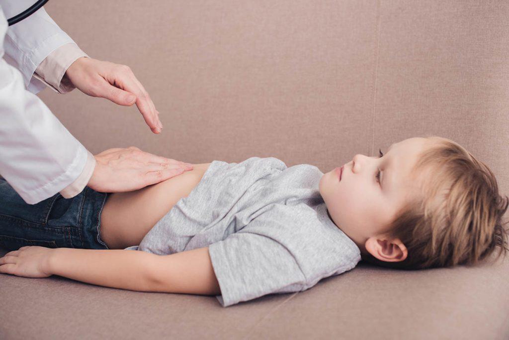 Παιδί που εξετάζεται για Οξεία σκωληκοειδίτιδα