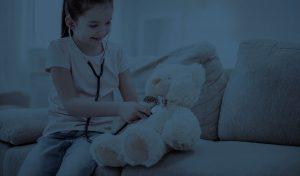 Κοριτσάκι παίζει τον γιατρό με αρκουδάκι, αποκατάσταση βουβωνοκήλης