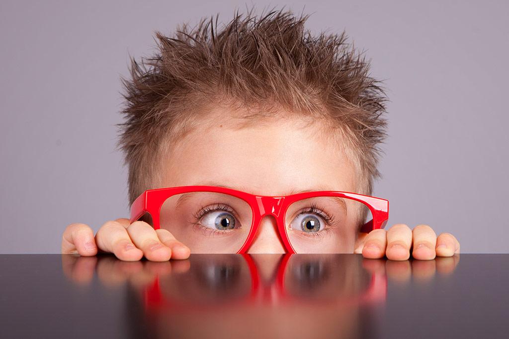 Παιδάκι με κόκκινα γυαλιά, ορχεοπηξία