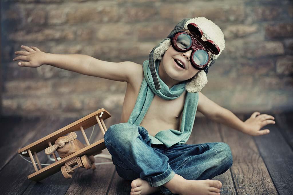 Αγόρι παίζει με ξύλινο αεροπλανάκι, Φίμωση