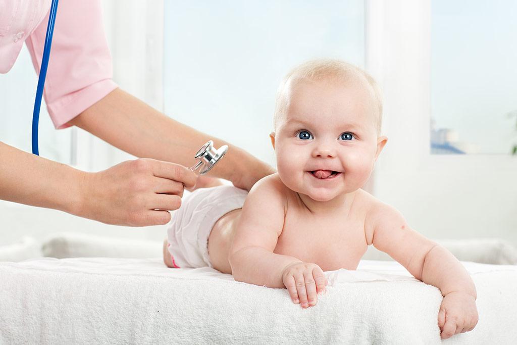 Ιατρός εξετάζει μωρό πριν από αποκατάσταση ομφαλοκήλης